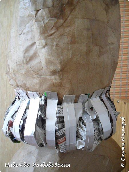 Работая над  своим очередным гномом из папье-маше, я не забыла просьбу   жителей «Страны мастеров» поделиться  опытом создания скульптур в данной технике, поэтому весь процесс пришлось подробно фотографировать. Впервые при моделировании гнома я использовала картон от упаковок от сока. Постараюсь последовательно  и обстоятельно изложить, как шел творческий процесс над созданием гнома из папье-маше и что у меня получалось.      2.Материалы, которые я использовала при создании скульптуры гнома с вазой: Четыре пластиковые 1,5-литровые бутылки  Две пластиковые 5-литровые емкости для питьевой воды Три упаковки для яиц   Пшеничная мука для заваривания клейстера Клей ПВА Газетная и крафтовая (оберточная серая) бумага Туалетная бумага Упаковки из-под сока Проволока Скотч Фольга  Шпаклевка по дереву Краски для окрашивания гнома (художественные масляные краски, белая эмалевая краска, пигменты «Color» для добавления в белую краску) Из инструментов очень пригодились «горячий» клеевой пистолет и степлер. фото 79