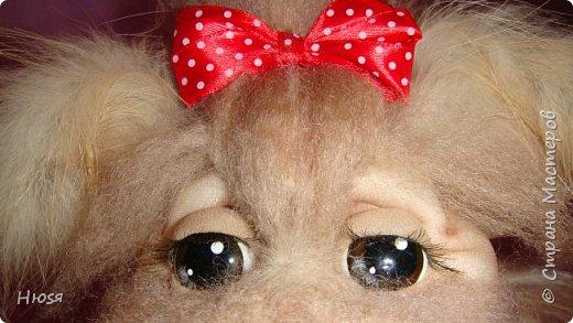 """Кукла выполнена в технике """"Скульптурный текстиль"""" и немного техники """"Сухое валяние"""". Материал: капрон, синтепон, овечья шерсть, мех. . Передние лапки на каркасной основе- принимают любое положение. Размер: 23:17 см . фото 2"""