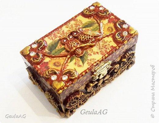Миниатюрная шкатулка из дерева декорирована в разных техниках: декупаж,лепка,золочение,подрисовка,имитационные техники.  фото 1