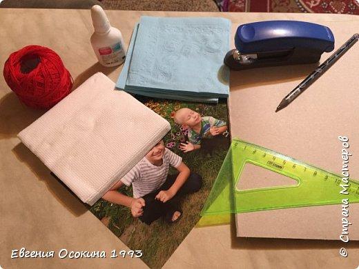 Сегодня мы будем создавать фоторамку 15*20 из салфеток и картона. Для этого нам понадобиться: салфетки двух видов по 6 каждого вида, степлер, картон, нитки, линейка, карандаш, клей. фото 1