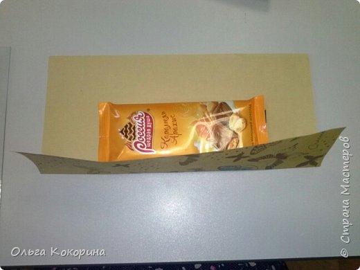 Оформляем шоколад к празднику. Необходимы: плитка любого шоколада, бумага для оформления, гофрированная бумага, конфеты, атласные ленточки, бусины и т.п. фото 3