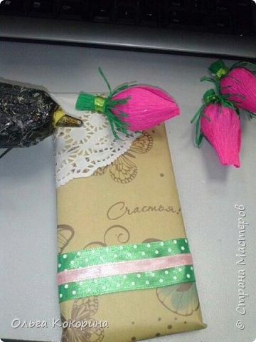 Оформляем шоколад к празднику. Необходимы: плитка любого шоколада, бумага для оформления, гофрированная бумага, конфеты, атласные ленточки, бусины и т.п. фото 15