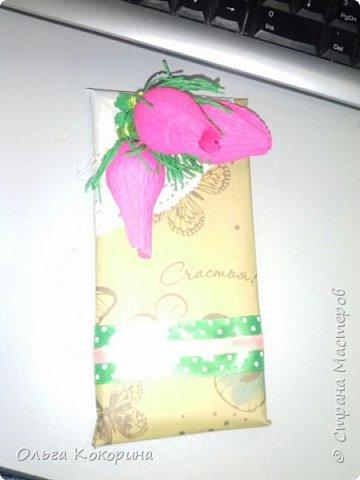 Оформляем шоколад к празднику. Необходимы: плитка любого шоколада, бумага для оформления, гофрированная бумага, конфеты, атласные ленточки, бусины и т.п. фото 1