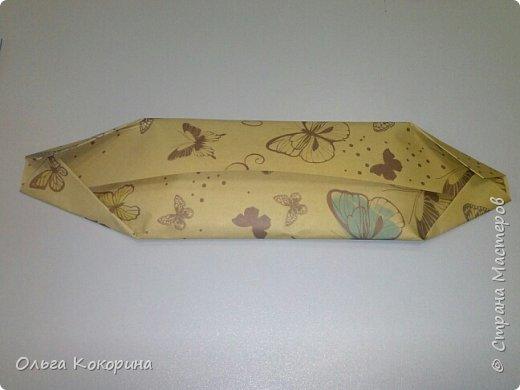 Оформляем шоколад к празднику. Необходимы: плитка любого шоколада, бумага для оформления, гофрированная бумага, конфеты, атласные ленточки, бусины и т.п. фото 5