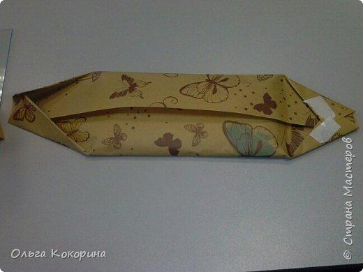 Оформляем шоколад к празднику. Необходимы: плитка любого шоколада, бумага для оформления, гофрированная бумага, конфеты, атласные ленточки, бусины и т.п. фото 6