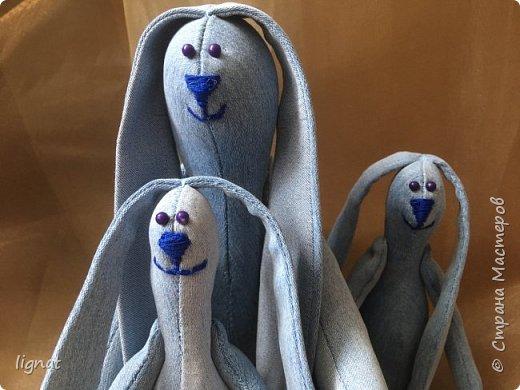 Добрый день, дорогие жители Страны мастеров! Вот такие позитивные зайцы получились у меня из старых джинсов... Я их называю зайцы-инопланетяне... фото 2