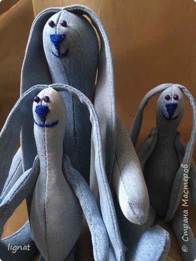 Добрый день, дорогие жители Страны мастеров! Вот такие позитивные зайцы получились у меня из старых джинсов... Я их называю зайцы-инопланетяне... фото 3