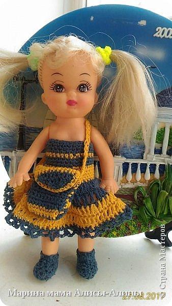 Алина попросила новые наряды куколкам. Чуть-чуть связала. Платьице с сапожками и сумочкой. фото 1