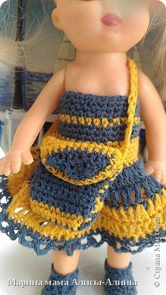 Алина попросила новые наряды куколкам. Чуть-чуть связала. Платьице с сапожками и сумочкой. фото 2