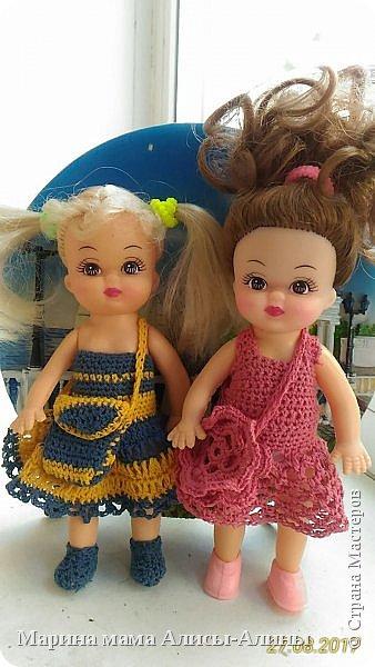 Алина попросила новые наряды куколкам. Чуть-чуть связала. Платьице с сапожками и сумочкой. фото 3