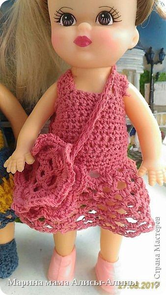 Алина попросила новые наряды куколкам. Чуть-чуть связала. Платьице с сапожками и сумочкой. фото 4