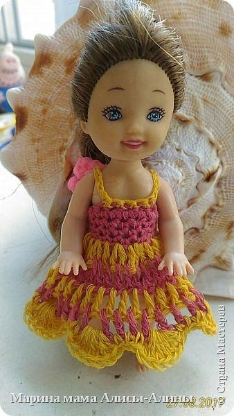 Алина попросила новые наряды куколкам. Чуть-чуть связала. Платьице с сапожками и сумочкой. фото 5