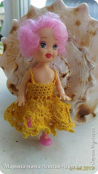 Алина попросила новые наряды куколкам. Чуть-чуть связала. Платьице с сапожками и сумочкой. фото 6