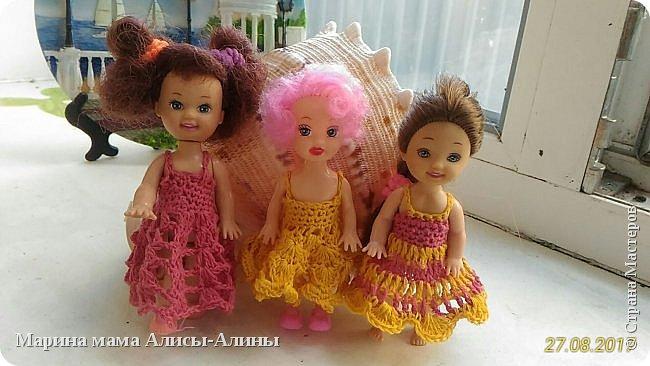Алина попросила новые наряды куколкам. Чуть-чуть связала. Платьице с сапожками и сумочкой. фото 8