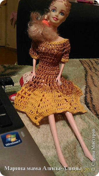 Алина попросила новые наряды куколкам. Чуть-чуть связала. Платьице с сапожками и сумочкой. фото 9