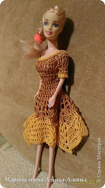 Алина попросила новые наряды куколкам. Чуть-чуть связала. Платьице с сапожками и сумочкой. фото 10