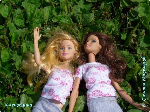 Здравствуйте, простите что давно не появлялась,не было интернета. У меня появились новые куклы и новый домик. Ждите блог со всем новым. (Я сижу печатаю ,а на улице снег идет .) С новенькими Виолой (слева) и Беллатрисой (справа) , я ходила летом в парк . Девушки вернулись жутко довольные. фото 1