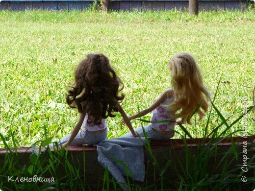 Здравствуйте, простите что давно не появлялась,не было интернета. У меня появились новые куклы и новый домик. Ждите блог со всем новым. (Я сижу печатаю ,а на улице снег идет .) С новенькими Виолой (слева) и Беллатрисой (справа) , я ходила летом в парк . Девушки вернулись жутко довольные. фото 12