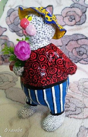 Всем привет. Моя новая папьешка - Барсик. Рассказывает знакомым кошечкам, что его дедушка был Снежным Барсом, в честь него и назвали ))) Высота парня - 25 см. На этот раз покрывала не гуашью и лаком, а акриловыми глянцевыми красками. Вначале планировала этакого застенчивого котишку, но получился самодовольный нахал.  фото 2