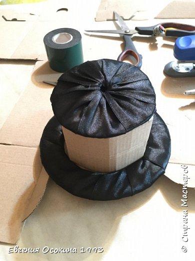 Я расскажу как сделать маленькую шляпку для украшения. Мне она понадобилась для украшение объемной цифры для дня рождения. Что бы создать шляпку нам понадобиться: ленты атласные ширина 4 см. длина 2 метра  чёрного цвета( или любого на ваш выбор), лента ширина 2 см. длина 1 метр, клей момент кристал, картон, ножницы, канцелярский нож. фото 18