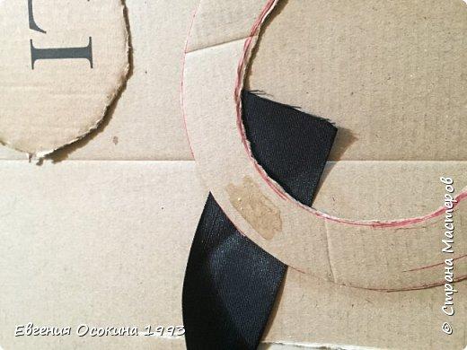 Я расскажу как сделать маленькую шляпку для украшения. Мне она понадобилась для украшение объемной цифры для дня рождения. Что бы создать шляпку нам понадобиться: ленты атласные ширина 4 см. длина 2 метра  чёрного цвета( или любого на ваш выбор), лента ширина 2 см. длина 1 метр, клей момент кристал, картон, ножницы, канцелярский нож. фото 8