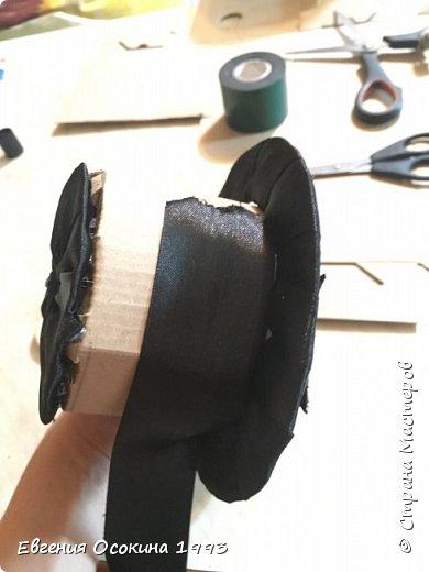 Я расскажу как сделать маленькую шляпку для украшения. Мне она понадобилась для украшение объемной цифры для дня рождения. Что бы создать шляпку нам понадобиться: ленты атласные ширина 4 см. длина 2 метра  чёрного цвета( или любого на ваш выбор), лента ширина 2 см. длина 1 метр, клей момент кристал, картон, ножницы, канцелярский нож. фото 19