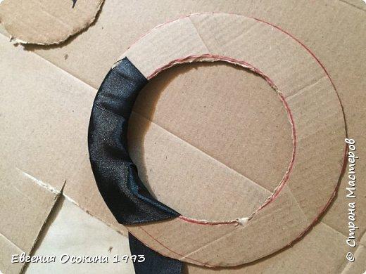 Я расскажу как сделать маленькую шляпку для украшения. Мне она понадобилась для украшение объемной цифры для дня рождения. Что бы создать шляпку нам понадобиться: ленты атласные ширина 4 см. длина 2 метра  чёрного цвета( или любого на ваш выбор), лента ширина 2 см. длина 1 метр, клей момент кристал, картон, ножницы, канцелярский нож. фото 10