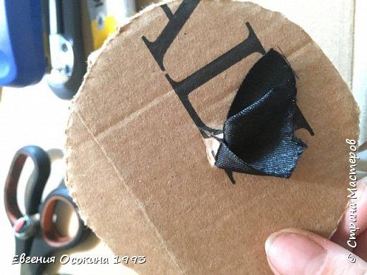 Я расскажу как сделать маленькую шляпку для украшения. Мне она понадобилась для украшение объемной цифры для дня рождения. Что бы создать шляпку нам понадобиться: ленты атласные ширина 4 см. длина 2 метра  чёрного цвета( или любого на ваш выбор), лента ширина 2 см. длина 1 метр, клей момент кристал, картон, ножницы, канцелярский нож. фото 15