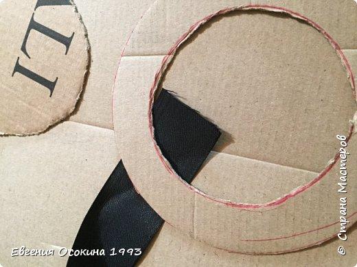Я расскажу как сделать маленькую шляпку для украшения. Мне она понадобилась для украшение объемной цифры для дня рождения. Что бы создать шляпку нам понадобиться: ленты атласные ширина 4 см. длина 2 метра  чёрного цвета( или любого на ваш выбор), лента ширина 2 см. длина 1 метр, клей момент кристал, картон, ножницы, канцелярский нож. фото 7