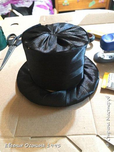 Я расскажу как сделать маленькую шляпку для украшения. Мне она понадобилась для украшение объемной цифры для дня рождения. Что бы создать шляпку нам понадобиться: ленты атласные ширина 4 см. длина 2 метра  чёрного цвета( или любого на ваш выбор), лента ширина 2 см. длина 1 метр, клей момент кристал, картон, ножницы, канцелярский нож. фото 20