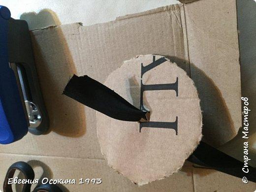 Я расскажу как сделать маленькую шляпку для украшения. Мне она понадобилась для украшение объемной цифры для дня рождения. Что бы создать шляпку нам понадобиться: ленты атласные ширина 4 см. длина 2 метра  чёрного цвета( или любого на ваш выбор), лента ширина 2 см. длина 1 метр, клей момент кристал, картон, ножницы, канцелярский нож. фото 14