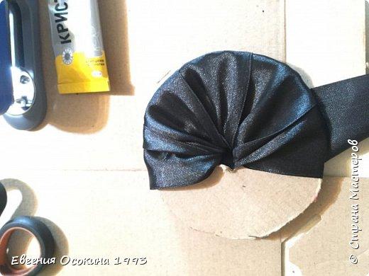 Я расскажу как сделать маленькую шляпку для украшения. Мне она понадобилась для украшение объемной цифры для дня рождения. Что бы создать шляпку нам понадобиться: ленты атласные ширина 4 см. длина 2 метра  чёрного цвета( или любого на ваш выбор), лента ширина 2 см. длина 1 метр, клей момент кристал, картон, ножницы, канцелярский нож. фото 16