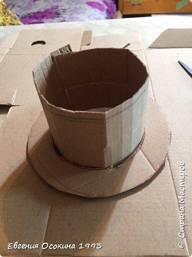 Я расскажу как сделать маленькую шляпку для украшения. Мне она понадобилась для украшение объемной цифры для дня рождения. Что бы создать шляпку нам понадобиться: ленты атласные ширина 4 см. длина 2 метра  чёрного цвета( или любого на ваш выбор), лента ширина 2 см. длина 1 метр, клей момент кристал, картон, ножницы, канцелярский нож. фото 5