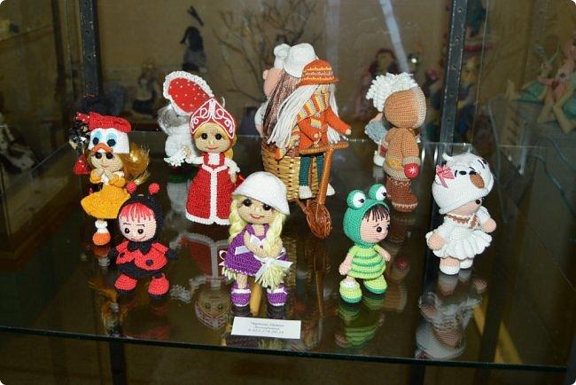 """Всем привет! В начале сентября в нашем Центре национальных культур начался новый творческий сезон, одно из самых ярких событий этого месяца - открытие ежегодной традиционной выставки """"Кукольный вернисаж"""". Мастера прикладного творчества в очередной раз удивили гостей своим видением мира и умелым воплощением фантазии в потрясающие игрушки. На выставке представлены куклы в самых различных техниках, таких как вязание крючком и спицами, лепка из полимерной глины, текстильная кукла, тильда, кукла-оберег. Если вам интересно, приглашаю к просмотру))) фото 42"""