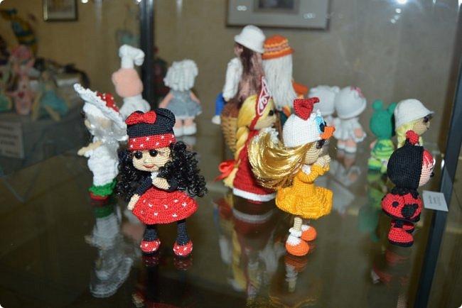 """Всем привет! В начале сентября в нашем Центре национальных культур начался новый творческий сезон, одно из самых ярких событий этого месяца - открытие ежегодной традиционной выставки """"Кукольный вернисаж"""". Мастера прикладного творчества в очередной раз удивили гостей своим видением мира и умелым воплощением фантазии в потрясающие игрушки. На выставке представлены куклы в самых различных техниках, таких как вязание крючком и спицами, лепка из полимерной глины, текстильная кукла, тильда, кукла-оберег. Если вам интересно, приглашаю к просмотру))) фото 45"""
