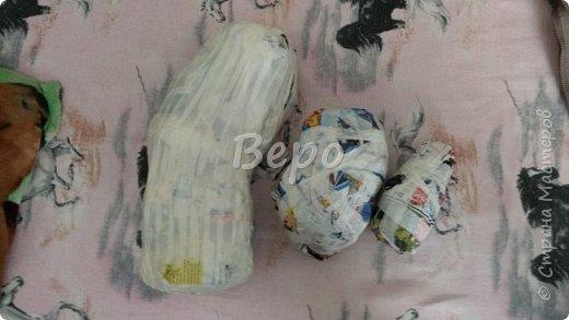 Материал: Газета, скотч, клейстер, проволка, салфетки белые, полимерная глина, ткань белая, картон, стеклянные полушарики (кабошон), лак для ногтей, масса папье-маше, глянцевый лак, нож, краски (акрил), клей фото 2