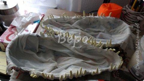 Материал: Газета, скотч, клейстер, проволка, салфетки белые, полимерная глина, ткань белая, картон, стеклянные полушарики (кабошон), лак для ногтей, масса папье-маше, глянцевый лак, нож, краски (акрил), клей фото 15