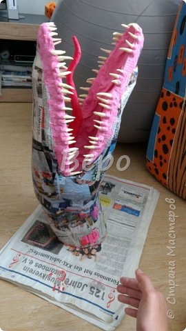 Материал: Газета, скотч, клейстер, проволка, салфетки белые, полимерная глина, ткань белая, картон, стеклянные полушарики (кабошон), лак для ногтей, масса папье-маше, глянцевый лак, нож, краски (акрил), клей фото 19