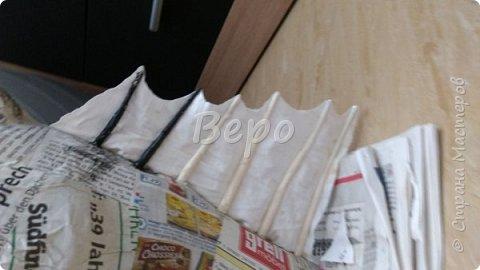 Материал: Газета, скотч, клейстер, проволка, салфетки белые, полимерная глина, ткань белая, картон, стеклянные полушарики (кабошон), лак для ногтей, масса папье-маше, глянцевый лак, нож, краски (акрил), клей фото 25