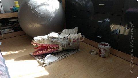 Материал: Газета, скотч, клейстер, проволка, салфетки белые, полимерная глина, ткань белая, картон, стеклянные полушарики (кабошон), лак для ногтей, масса папье-маше, глянцевый лак, нож, краски (акрил), клей фото 26
