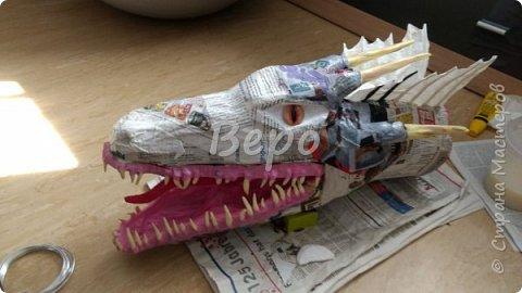 Материал: Газета, скотч, клейстер, проволка, салфетки белые, полимерная глина, ткань белая, картон, стеклянные полушарики (кабошон), лак для ногтей, масса папье-маше, глянцевый лак, нож, краски (акрил), клей фото 27