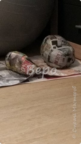 Материал: Газета, скотч, клейстер, проволка, салфетки белые, полимерная глина, ткань белая, картон, стеклянные полушарики (кабошон), лак для ногтей, масса папье-маше, глянцевый лак, нож, краски (акрил), клей фото 4