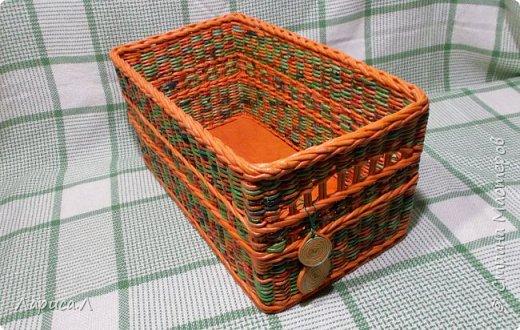 Органайзер для кухни выполнен в технике плетение из бумажной лозы, цвет коричневый, размеры 40х20 см, высота 15 см.  В процессе изготовления использовались только безопасные материалы: чистая бумага, картон, пищевые красители, клей ПВА,  лак на водной основе. Дно - мятая бумага фото 4