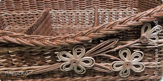 Органайзер для кухни выполнен в технике плетение из бумажной лозы, цвет коричневый, размеры 40х20 см, высота 15 см.  В процессе изготовления использовались только безопасные материалы: чистая бумага, картон, пищевые красители, клей ПВА,  лак на водной основе. Дно - мятая бумага фото 2