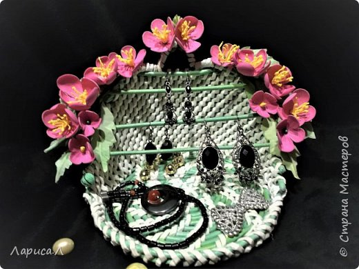 Подставка для украшений из бумажной лозы выполнена в технике плетение из корня. Цвет белый с салатовым. Диаметр 15см, высота 13,5 см. Декорирована цветами из фоамирана. В процессе изготовления используются только безопасные материалы: чистая бумага, пищевой краситель, клей ПВА, лак на водной основе. фото 2