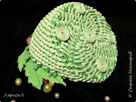 Подставка для украшений из бумажной лозы выполнена в технике плетение из корня. Цвет белый с салатовым. Диаметр 15см, высота 13,5 см. Декорирована цветами из фоамирана. В процессе изготовления используются только безопасные материалы: чистая бумага, пищевой краситель, клей ПВА, лак на водной основе. фото 3