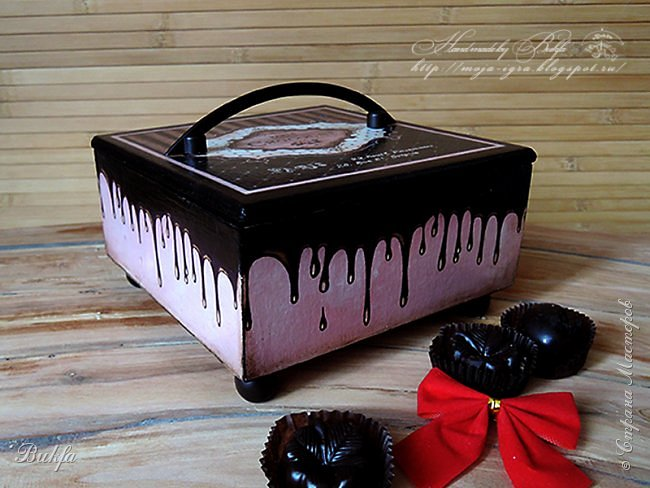 """Всем доброго дня! Сегодня у меня две коробочки для разных сладостей: конфет, сушечек-малышек, мармелада и прочего сладенького. --------------------------------------------------------------------------- Первая: """"Был бы мир из шоколада - было б нам грустить не надо"""""""