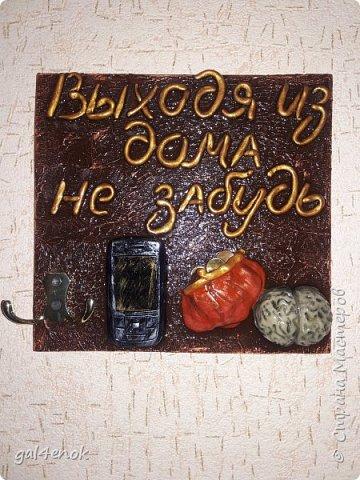 Всем добрый день. Совсем не было времени:лето, отдых, урожай, грибы( в этом году в РБ только у очень ленивых нет маринованных грибочков), выставки. Очень рада свободным часам, которые позволили выставить свои работы и зайти в гости на странички к мастерам и мастерицам. На эту работу, меня вдохновила  ~ ssemi2 ~ и её работа:   http://stranamasterov.ru/node/909870?c=favorite Фоток мало, всё и так понятно...слова, кошелёк и мозги- из ХФ, основа под мозг и телефон - папьешка.  фото 1