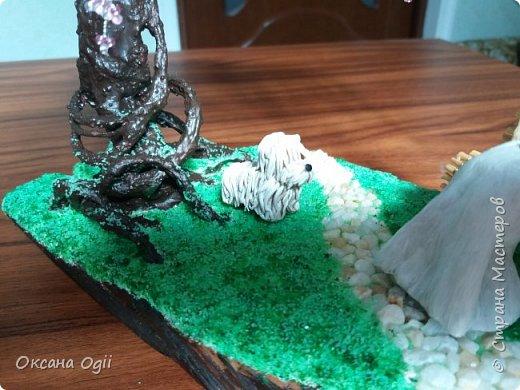 Добрый день. Это моя первая работа в данной технике. Мама очень захотела бисерное дерево. Ствол - проволока, скотч, гипс, ПВА. Фигурки - скульптурный пластилин. Скамейка - проволока и зубочистки. Спил дерева  и камешки для дорожки - натуральные. Травка из песка. Акриловые краски.  фото 4