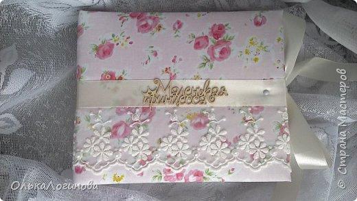 """Всем доброго дня!!!Хочу показать вам свою новую работу:альбом для маленькой принцессы.Мягкая обложка:переплетный картон проложен синтепоном и обтянут тканью,широкое кружево,атласная лента,корешок проклеен и укреплен брадс.Внутри бумага для скрапбукинга Scrapberry's коллекция """"Волшебная страна"""",цветы,полубусины. фото 1"""
